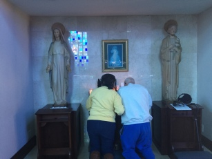 dad-and-mom-praying